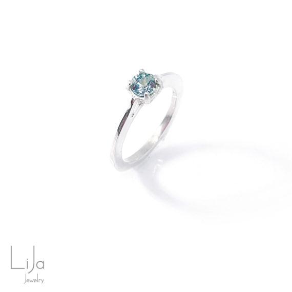 Edelsmid LiJa Jewelry Licht blauwe saffier zilveren ring