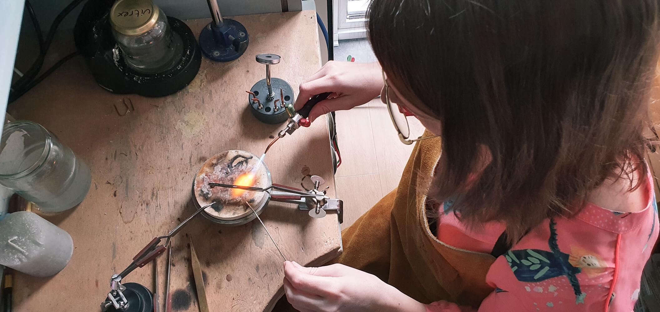 Goudsmid LiJa Jewelry aan het werk branden