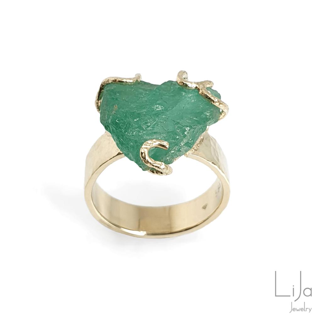 ring goud ruwe smaragd voorletters goudsmid lija jewelry suzanne nuenen